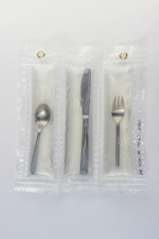 """13/34, """"Löffel-Messer-Gabel"""", 29x24cm, dreiteilig, rostfreier Edelstahl, Wasser aus dem Tauchcontainer, Folie und Nieten"""
