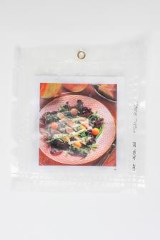 """14/34, """"Salatblatt"""", 29x26cm, bedrucktes Papier, Wasser aus dem Tauchcontainer, Folie und Nieten"""