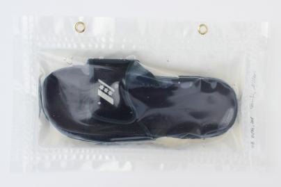 """24/34, """"Badeschlappen"""", 41x25cm, Kunststoff, Wasser aus dem Tauchcontainer, Folie und Nieten"""