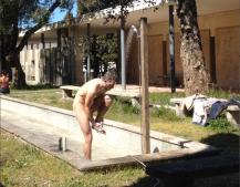 Duschend im neuen Brunnen der Hochschule